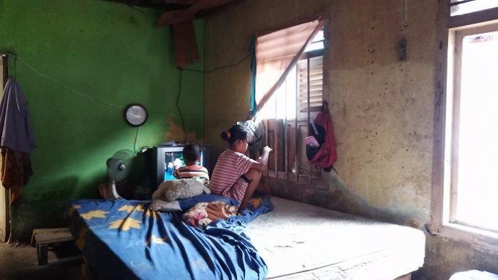 Dua cucu yang dirawat Nenek Martini di Padang.