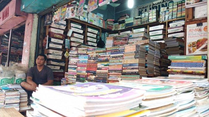 Penjualan Buku Bekas di Sekitar Gedung Padang Teater Ternyata Masih Laris Manis