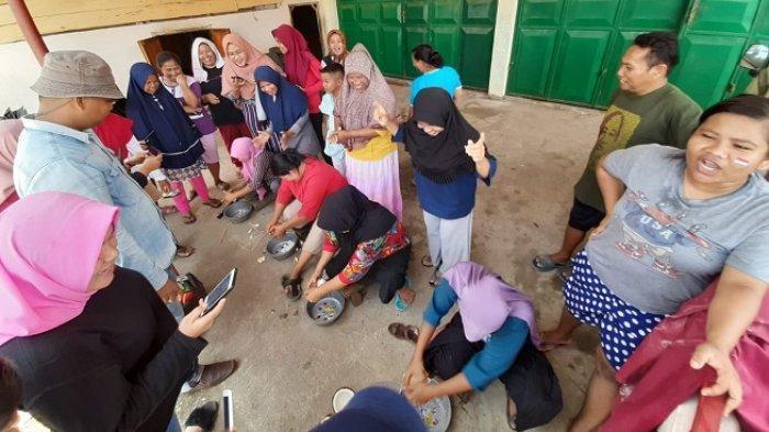 Meriahkan HUT ke-74 RI, Emak-emak diPadang Adakan Lomba Parut Kelapa Pakai Alat Tradisional