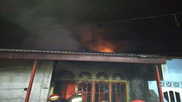 Kebakaran di Jalan Manggis XI dan XII Perumahan Belimbing Rt 02/Rw 12, Kelurahan Kuranji, Kota Padang, Sumatera Barat, Senin (19/7/2021).