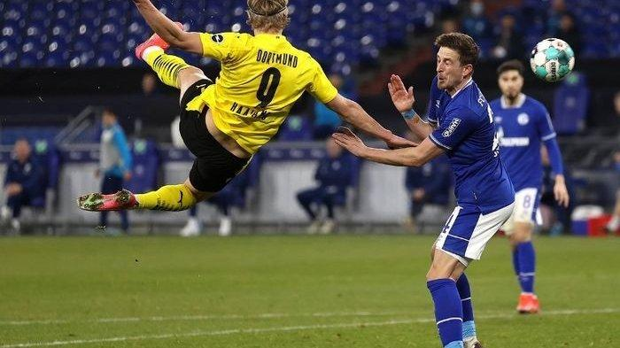 Striker Borussia Dortmund, Erling Haaland, mencetak gol akrobatik ke gawang Schalke, Sabtu (20/2/2021).