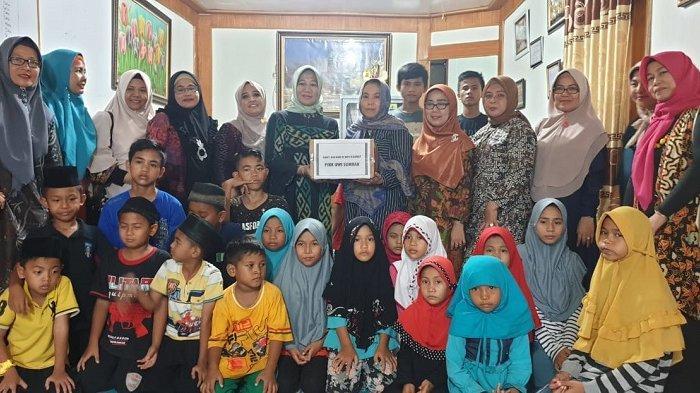 Sambut Hari Kartini, Karyawati dan Para Istri Karyawan PLN Sumbar Santuni Anak Yatim