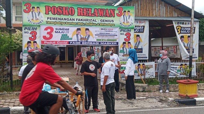 Putus Mata Rantai Penyebaran Covid-19, Relawan Fage Bagikan Masker untuk Pengguna Jalan di Padang