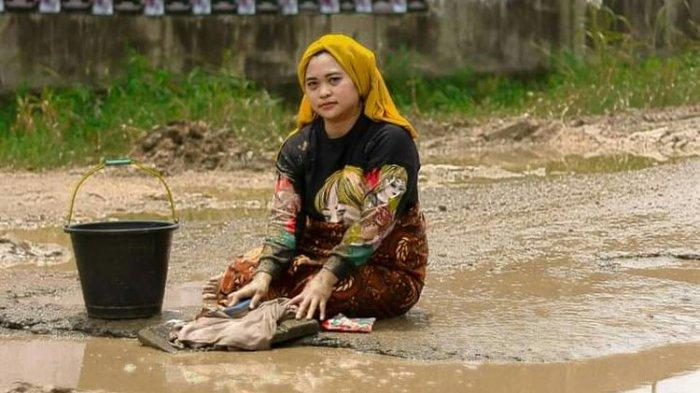 Viral Foto Warga Cuci Pakaian di Kubangan Jalan Rusak, Aku dan Suami Juga Pernah Jatuh di Sana