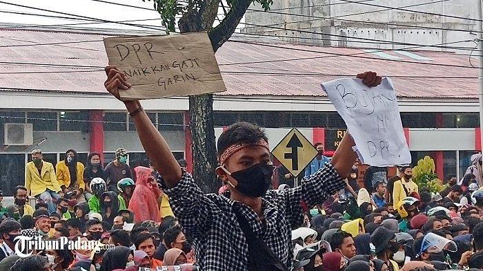 Massa yang Demo UU Cipta Kerja ke DPRD Sumbar, Sempat Mendesak Agar Naikkan Gaji Garin