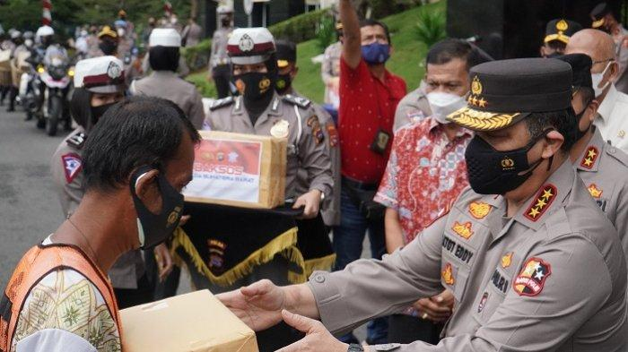Wakapolri Komjen Gatot Eddy Pramono Lepas 460 Paket Bansos, Dibagikan ke Warga Padang