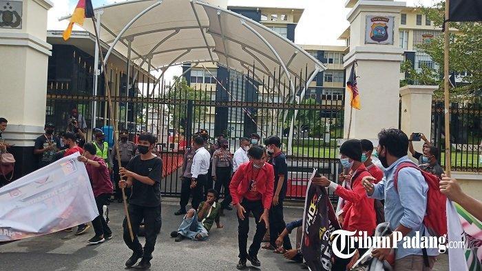 Massa Datangi Kantor Gubernur Bubar, Lalu Bergeser ke Kantor Polda Sumbar
