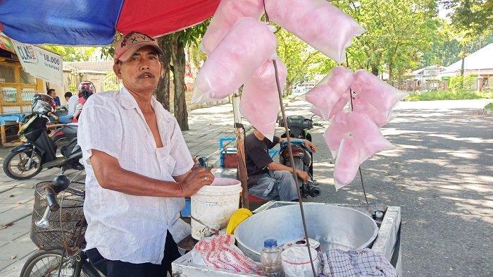 KISAH Kakek Japril, Penjual 'Harum Manis' yang Kini Sepi Pembeli di Sekitar GHAS Padang