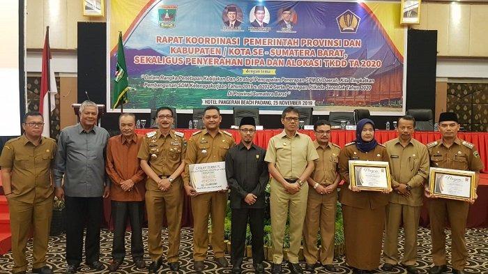 gubernur-sumatera-barat-sumbar-irwan-prayitno-secara-resmi-memberikan-penghargaan.jpg