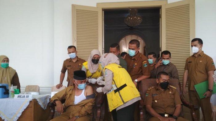 Gubernur Sumbar Akhirnya Divaksin, Mahyeldi: Ada Anak Muda Menemani sehingga Tekanan Darah Turun