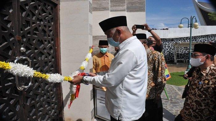 Gubernur Sumbar Buya Mahyeldi memotong pita guna menandai dibuka kembali Menara Masjid Raya Sumbar, Jumat (30/4/2021).