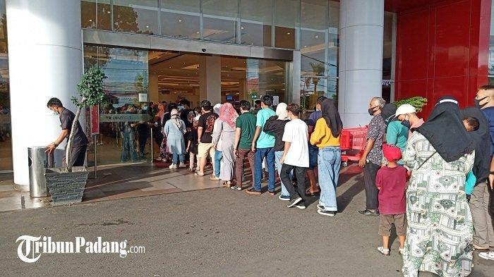 Aparat Batasi Pengunjung Masuk ke Pusat Perbelanjaan di Padang, Polisi: Disinyalir Ramai Dikunjungi