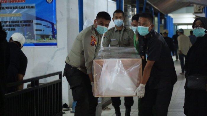 Jenazah mantan Wagub Sumbar Nasrul Abit saat dibawa setelah dilepas secara resmi oleh Sekda Provinsi Hansastri di RSUP M Djamil Padang, Sabtu (28/8/2021)