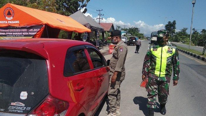 Pemberlakukan Pembatasan Kegiatan Masyarakat atau PPKM darurat di Kota Padang hingga hari ke enam Minggu (18/7/2021) terlihat para petugas pos terus melakukan pemeriksaan pada kendaraan yang melintas.