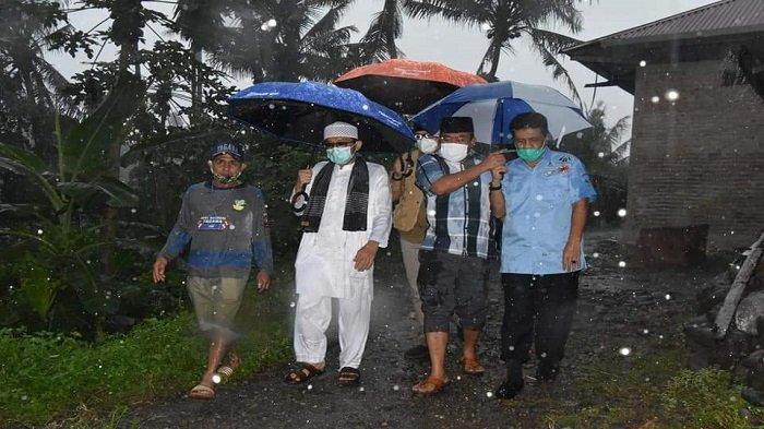 Wali Kota Padang Hendri Septa di tengah hujan deras sore itu, Sabtu (8/5/2021) berada di rumah Panca Ihsan (42) yang berlokasi di RT 01/RW 05 Kampuang Kalawi, Kelurahan Lubuk Lintah, Kecamatan Kuranji, Kota Padang, Provinsi Sumbar.