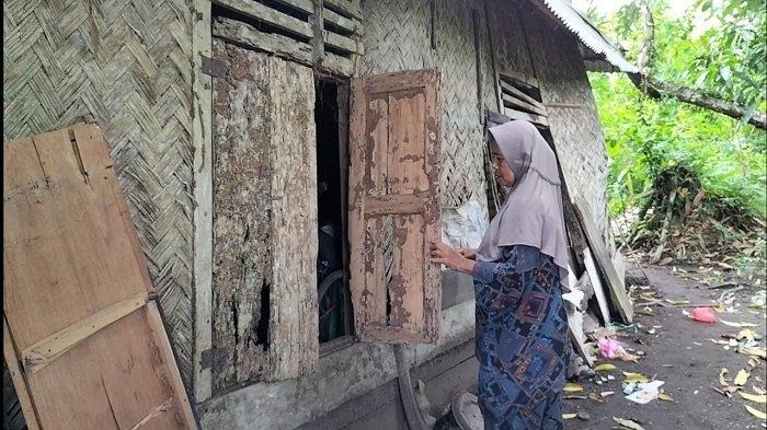 Warga Kota Pariaman Terharu Dapat Bantuan Bedah Rumah, Jendela Rumahnya Tampak Telah Dimakan Rayap