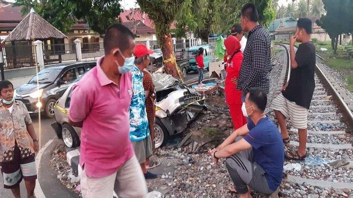 Kondisi mobil sedan yang tertabrak KA Sibinuang, Sabtu (22/5/2021) di simpang Nan Tongga, Kecamatan Pariaman Tengah Kota Pariaman, Provinsi Sumatera Barat (Sumbar).