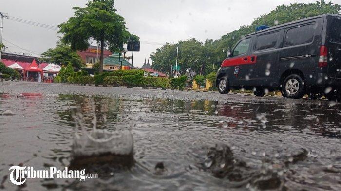 PeringatanDiniBMKG: Waspada Potensi Hujan Lebat di Padang, Pesisir Selatan dan 7 Daerah Sumbar