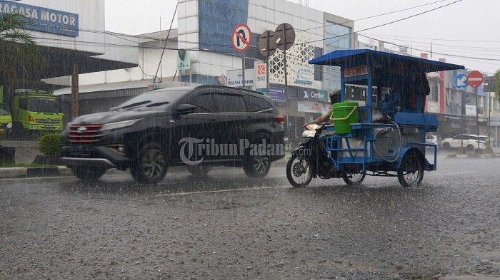 Peringatan Dini BMKG: Waspada Hujan Lebat Disertai Petir di Padang Panjang & 2 Daerah di Sumbar