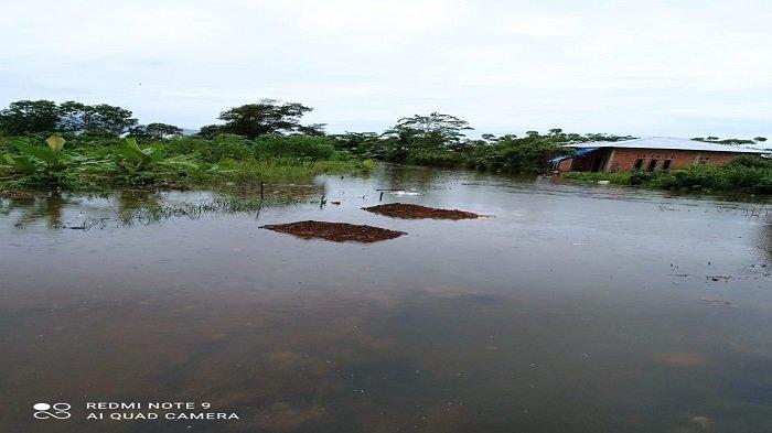 Kondisi banjir yang melanda sebagian kawasan di Kelurahan Dadok Tunggul Hitam kecamatan Nanggalo Kota Padang, menyusul hujan yang turun hingga Sabtu (29/5/2021) malam.