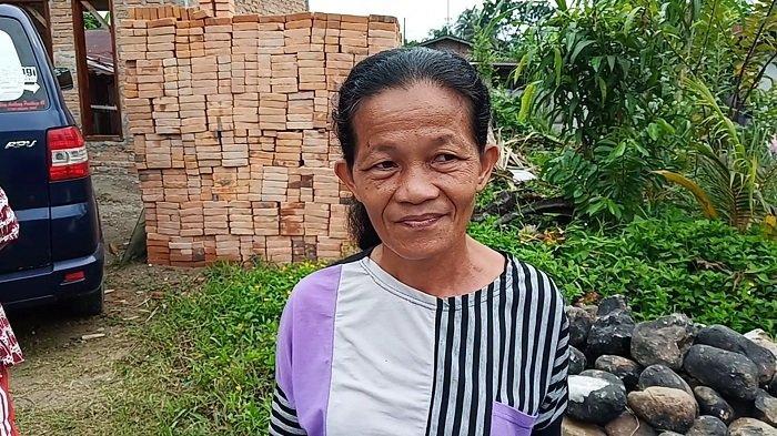Perempuan Umur 40 Tahun Tangkap Ular Piton yang Memangsa Ayam Warga dengan Kayu dan Tali