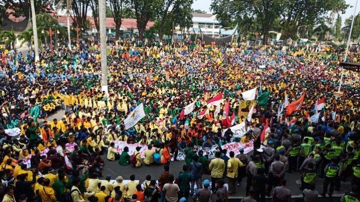 Ribuan Mahasiswa Berbagai Kampus Demo di Kantor Gubernur Sumbar, Tuntut Kesejahteraan Petani