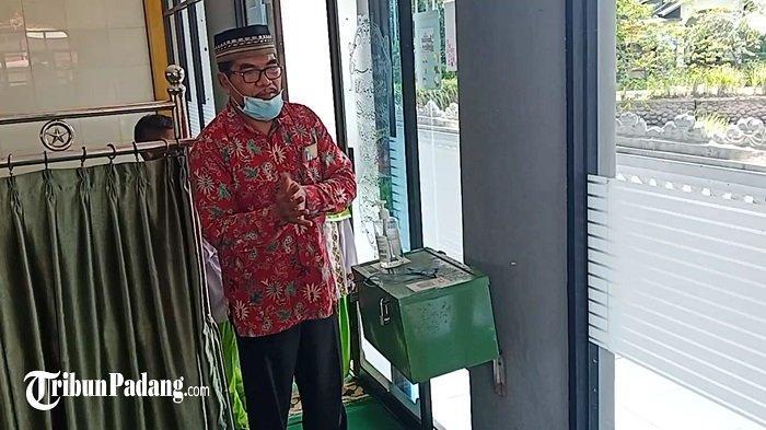Seorang pengurus Masjid Nurul Huda, Jalan Sidingin Nomor 35 Komplek Wisma Tabing Indah, Kecamatan Koto Tangah, Padang, Provinsi Sumbar,