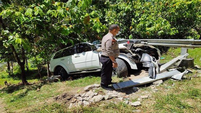 Pajero Sport Tabrak Pembatas di Pinggir Jalan Raya Padang-Painan, Polisi Sebut Mobil Hilang Kendali