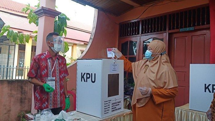 Istri Mahyeldi Nyoblos di TPS 007, Parupuk Tabing, Koto Tangah, Kota Padang