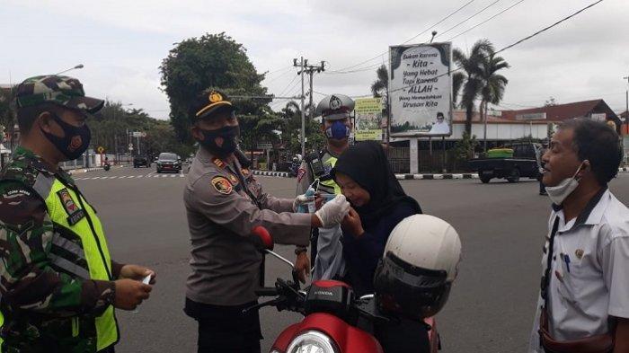 Polri dan TNI Kompak Turun ke Jalan, Bagikan Masker kepada Warga di Padang