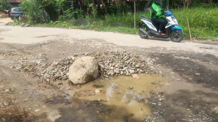 Jalan Balai Baru Kuranji Padang Rusak Parah, Warga Protes: Letakan Batu Besar dan Tanam Pohon Pisang