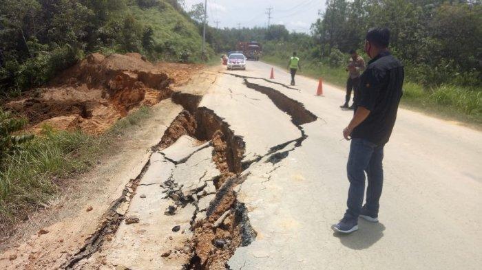 Jalan Lintas Sumbar - Riau Amblas di Desa Tanjung Alai, Kendaraan Roda 6 Tidak Boleh Lewat