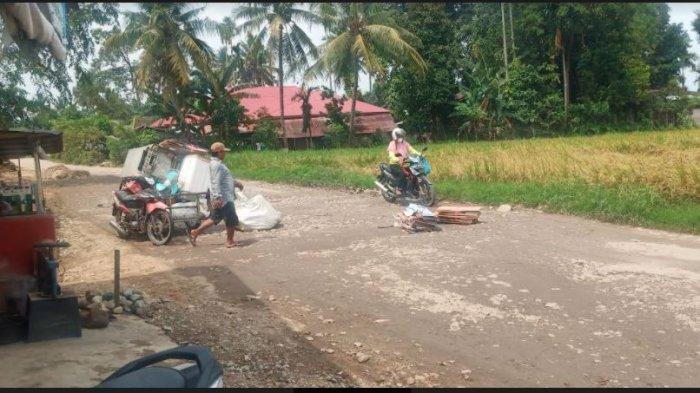 Jalan Balai Baru, Kelurahan Gunung Sarik, Kecamatan Kuranji, Kota Padang, Provinsi Sumatera Barat (Sumbar) tampak rusak parah, Selasa (6/4/2021)