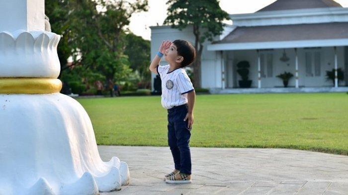 VIDEO Viral Cucu Jokowi, Jan Ethes Hormat Bendera dan Diwawancarai Para Wartawan