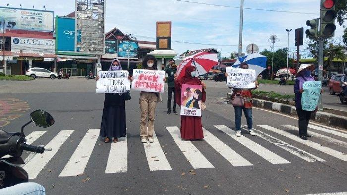 Jaringan Peduli Perempuan Sumbar Gelar Aksi Diam di Padang, Tulisan Poster: Aku Diperkosa 9 Lelaki