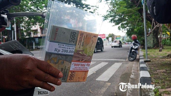Jelang Lebaran Idul Fitri 1442 H, Jasa Penukaran Uang Mulai Menjamur di Kota Padang