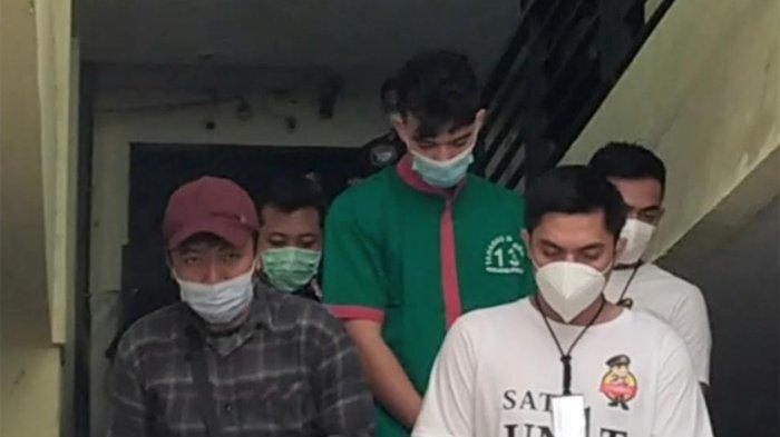 Jeff Smith terlihat dikeluarkan dari tahanan ke klinik Polres Metro Jakarta Barat sudah mengenakan baju tahanan berwarna hijau dan tangan di borgol. Jeff Smith diduga terjerat narkoba, polisi menemukan ganja di mobilnya.
