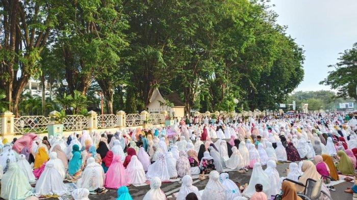 Jemaah Gunakan Koran Sebagai Alas Sholat Idul Fitri di Halaman Kantor Gubernur Sumbar