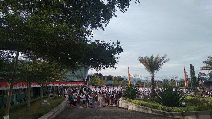 Jemaah Patuhi Prokes Selama Menjalankan Sholat Idul Adha 1442 H di Lapangan Kampus Baiturrahmah
