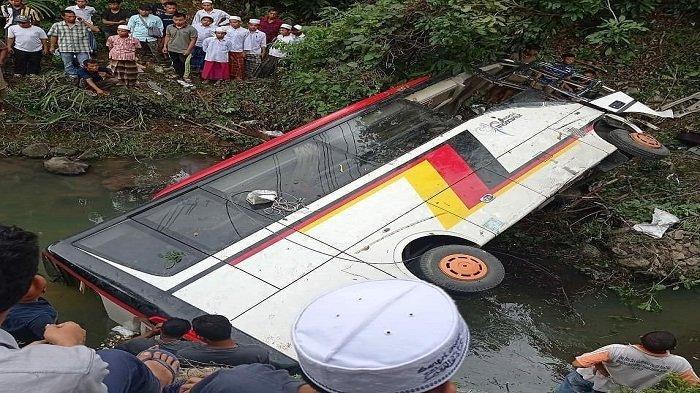 Bus Rombongan OPD Agam Masuk Jurang, Sekda Agam dan Tim Datangi TKP di Mandailing Natal