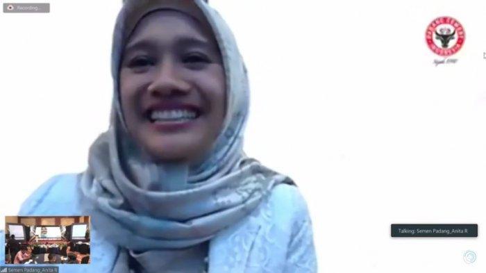 Kepala Unit Humas & Kesekretariatan PT Semen Padang Nur Anita Rahmawati yang mengikuti acara penganugerahan Kamis (22/4/2021)
