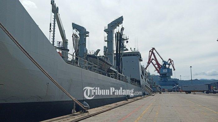Kapal KRI Bontang 907 saat bersandar di jawaaan Teluk Bayur, Kota Padang, Provinsi Sumatera Barat (Sumbar), Rabu (13/10/2021).
