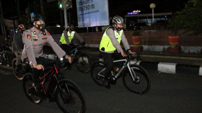 Cek Pengamanan Paskah Kapolda Sumbar Bersepeda Malam Hari, Lihat Situasi Gereja & Kesiapan Personel