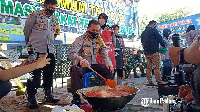 Kapolresta Padang Ikut Memasak di Dapur Umum TNI-Polri, Untuk Masyarakat Terdampak Covid-19