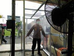 Pengunjung Kantor Polresta Padang Masuk Bilik Ini, Giliran Disemprot Disinfektan dan Cek Suhu