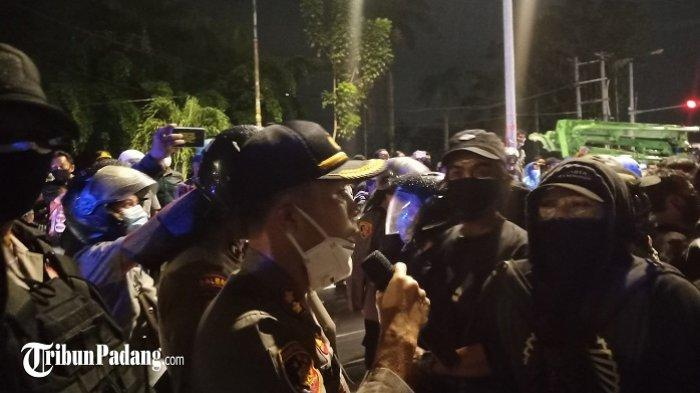 Kapolresta Padang AKBP Imran Amir saat berdialog dengan massa di Jalan Khatib Sulaiman, Kota Padang, Jumat (9/10/2020).