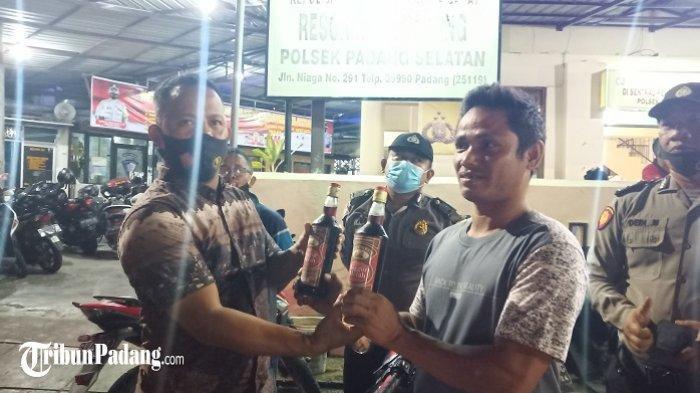 Disetop Polisi karena Tak Pakai Helm, Pemotor di Padang Malah Kedapatan Bawa 2 Botol Miras