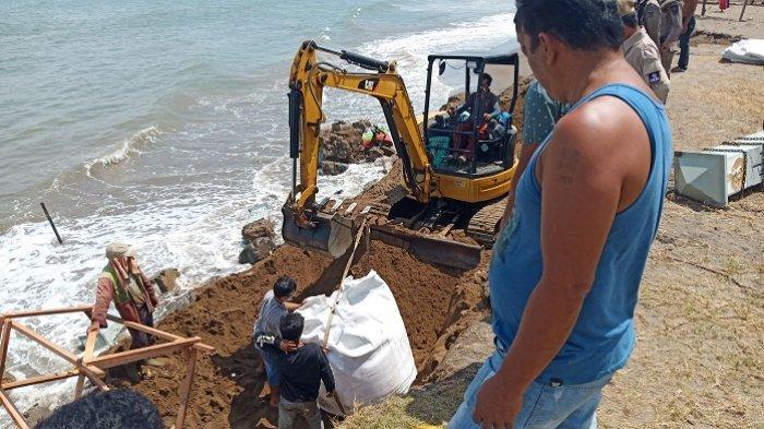 Atasi Abrasi, Karung Raksasa Berisi Pasir Dipasang di Monumen Merpati Perdamaian Pantai Padang