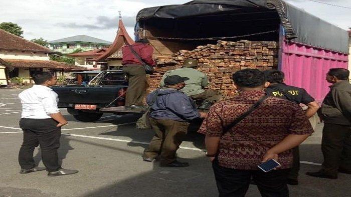 Satreskrim Polres Bukittinggi dan Polisi Kehutanan Sergap Truk Muatan Ribuan Batang Kayu