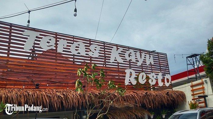 Teras Kayu Resto Suguhkan Nuansa Tradisional, Suasana Makan Serasa Dalam Rumah di Padang